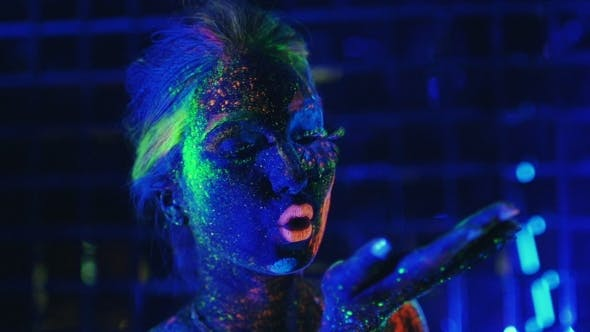 Cover Image for Girl Painted Fluorescent Powder Blows With The Palm Green Powder