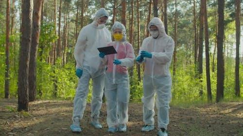 Wissenschaftler Messung des Strahlungsniveaus in Gefahrenzone