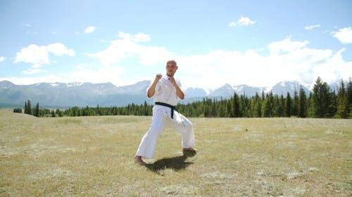 Mann und Kung Fu auf der Natur.