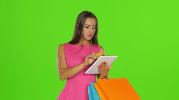 Cover Image for Woman Does Shopping With Credit Card And Tablet. Green Screen.