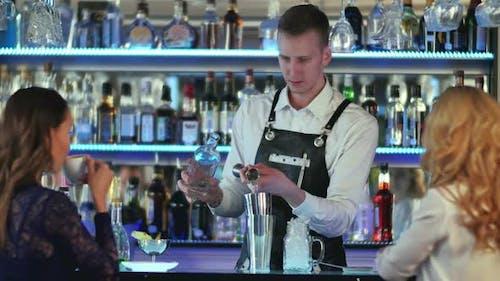 Barman macht Cocktails mit einem Shaker