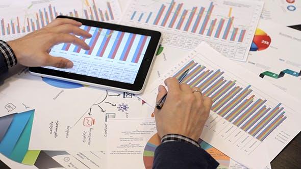 Thumbnail for Geschäftsmann Analysieren von Diagrammen