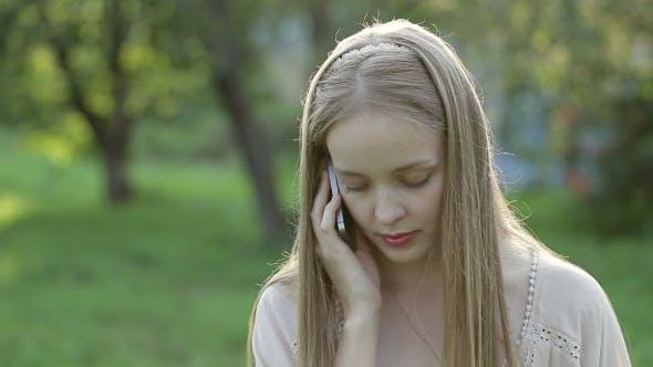 Thumbnail for junge Mädchen sprechen auf die Telefon
