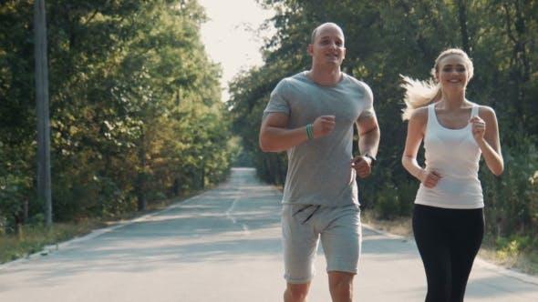 Thumbnail for Paar läuft entlang ein Wald Straße, Vorderansicht
