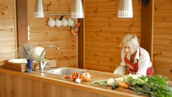 Thumbnail for Ältere Frau holt Croissants aus dem Ofen.