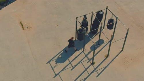 Junge Boxer auf einem Workout auf einem Spielplatz im Freien
