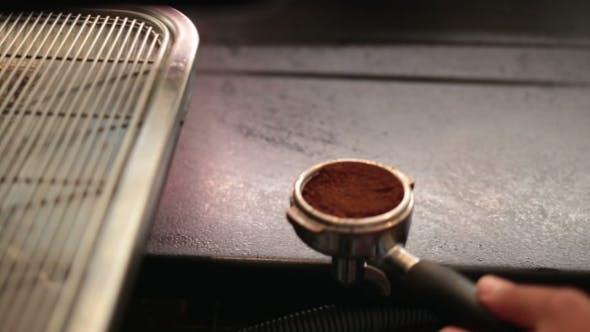 Thumbnail for Barista mit einem Manipulationsgerät, um gemahlenen Kaffee zu drücken