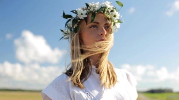 Thumbnail for Lächelnd junge Frau in Kranz von Blumen im Freien 20