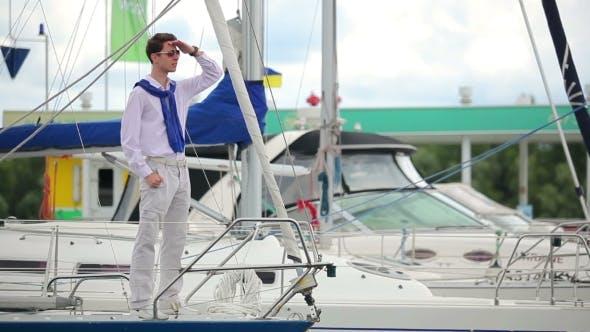Thumbnail for Der Kerl Stand an der Yacht