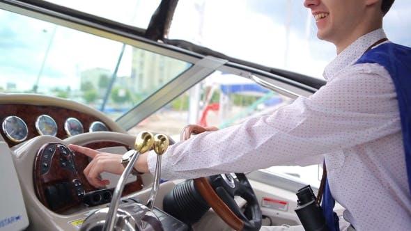 Thumbnail for Der Kerl im Gespräch mit dem Lautsprecher auf der Yacht