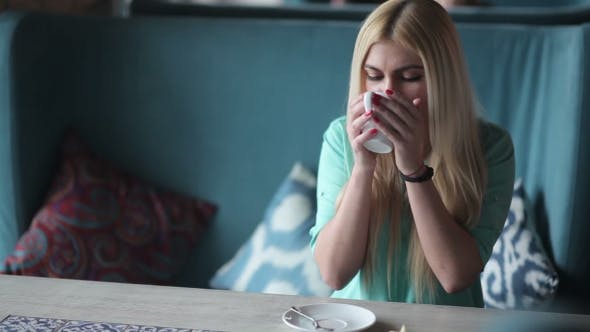Thumbnail for Mädchen im Restaurant Trinken ein Getränk.