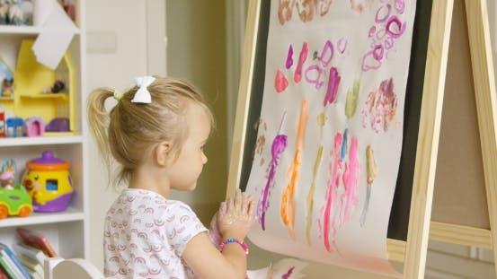 Thumbnail for Künstlerisches kleines Mädchen Malerei ein kreatives Design
