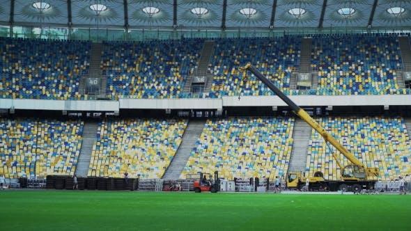 Thumbnail for Bauarbeiten auf dem großen stadion mit dem projektor und der leinwand.