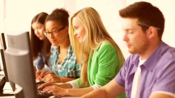 Thumbnail for Studierende, die Computertest an der Informatik machen