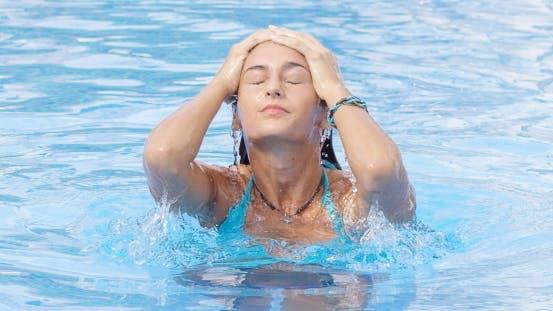 Thumbnail for Frau mit blauen Bikini taucht aus dem Pool