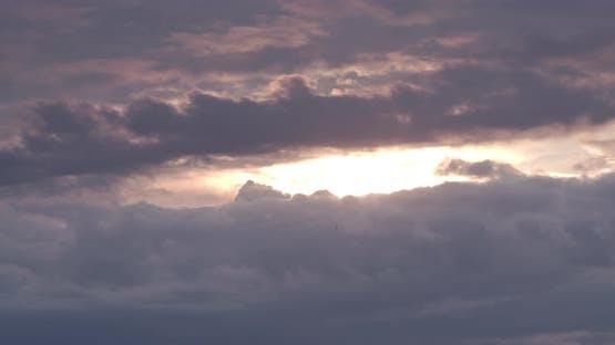 Die Sonne versteckt sich hinter dicken Wolken