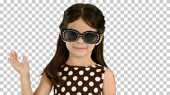Dunkelhaariges kleines Mädchen im Polka-Dot Kleid, Alpha Channel