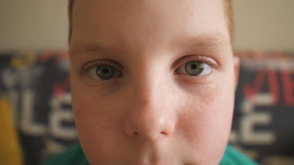 Porträt des Kleinen Verzweiflung rothaarigen Jungen mit Sommersprossen Blick in die Kamera Innen. Nahaufnahme Männlich