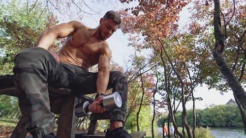 Shirtless Sportler Lifting Hantel im Freien