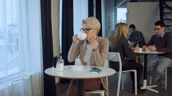 Thumbnail for Porträt von jungen wunderschönen weiblichen Tee trinken und nachdenklich