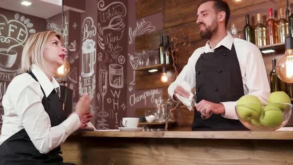 Thumbnail for Slide Shot von Restaurant-Arbeiter, die nach der Arbeit plaudern