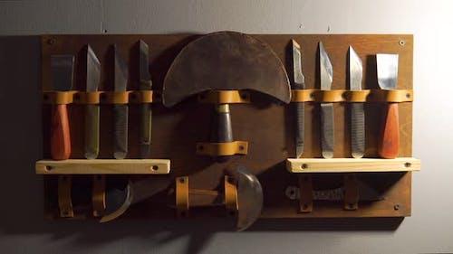 Lederhandwerk, Kunsthandwerk, handgefertigte Lederwerkzeuge. Lederteile Arbeitsbereich, Hintergrund