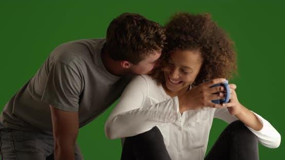 Thumbnail for Schönes Paar Ruhe und Blick aus der Kamera auf grünem Bildschirm