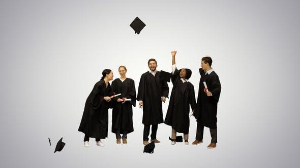 Thumbnail for Graduation Caps sind in die Luft von einer glücklichen Gruppe geworfen
