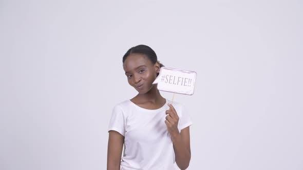 Thumbnail for Happy Young African Woman Selfie mit Selfie Papier Schild