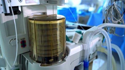 Moderne medizinische Geräte im Operationssaal