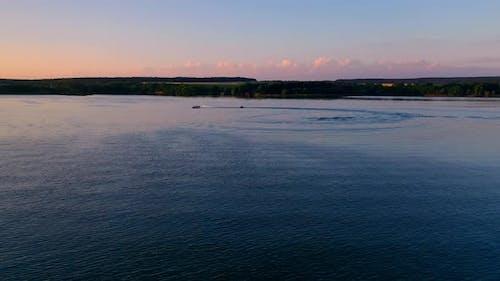 Bootsegeln bei Sonnenuntergang