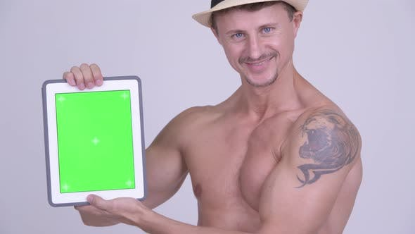 Thumbnail for Happy Muscular Bearded Tourist Man Zeigt Digital Tablet Shirtless