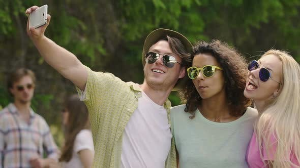 Thumbnail for Fröhliche Freunde machen lustige Gesichter, posieren für Selfie auf Smartphone, Happy Life