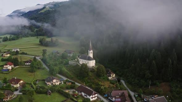 Thumbnail for Kirche in einem österreichischen Dorf