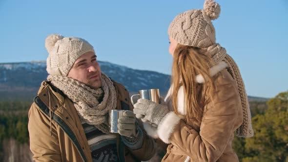 Thumbnail for Wandern Paar trinken heißen Tee am Wintertag