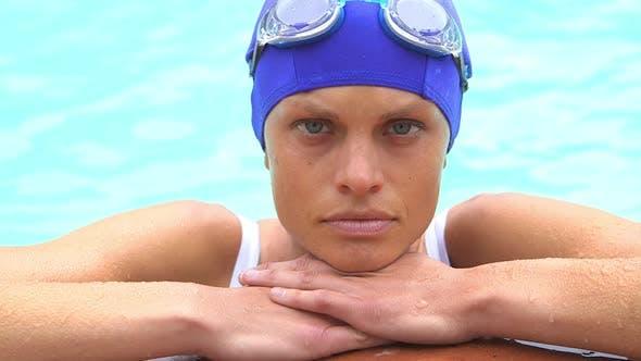 Thumbnail for Gesunde Frau ruht an der Seite des Pools