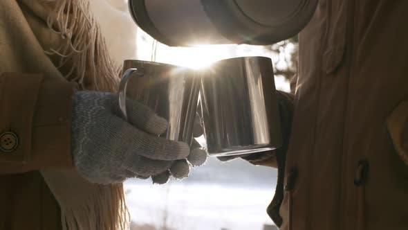 Thumbnail for Paar trinken heißen Tee im Winter