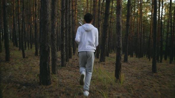 Thumbnail for teen sprinting auf die kiefer wald