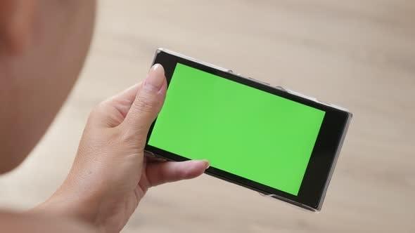 Thumbnail for Weiblich auf dem Boden hält grünen Bildschirm Display Tablet 4K 2160p 30fps UltraHD Filmmaterial - Nahaufnahme von wom