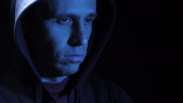 Mann in der Kapuze im Dunkeln