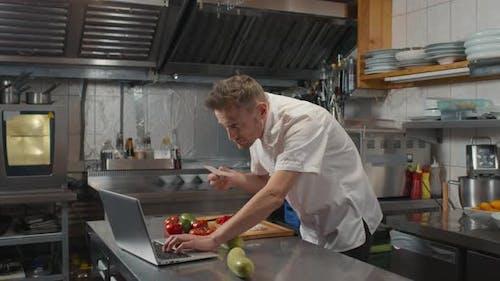 Chef kocht in der Großküche