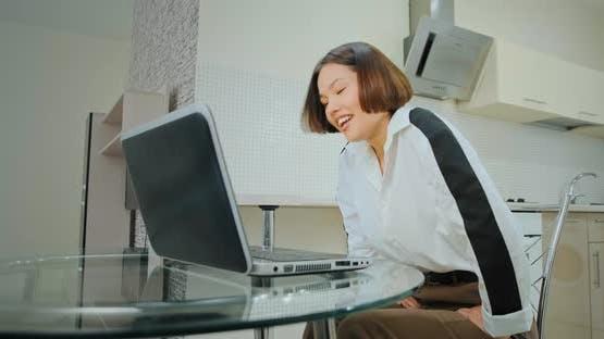 Begeisterte Gespräche der jungen Frau, die in das Laptop-Display bli