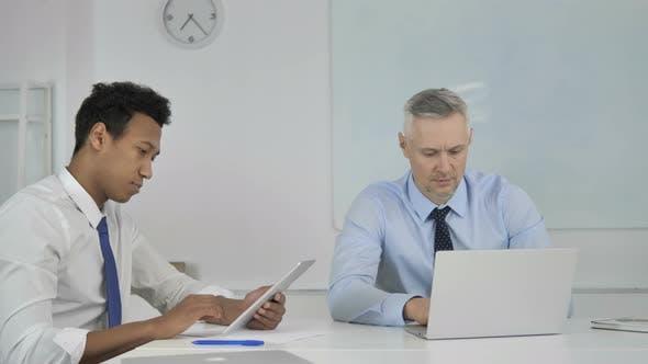 Thumbnail for Geschäftsleute, die auf Tablet und Laptop arbeiten, Multi Ethinic