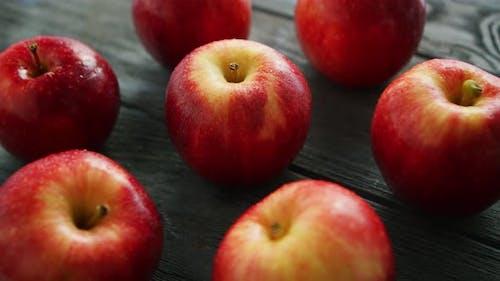 Reife Äpfel auf Holztisch