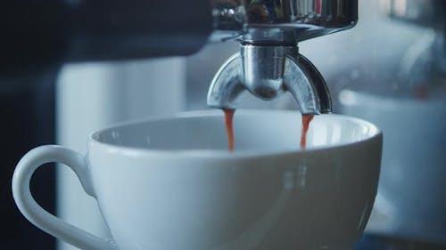 Machen Sie eine Tasse starken Kaffee in einer Kaffeemaschine