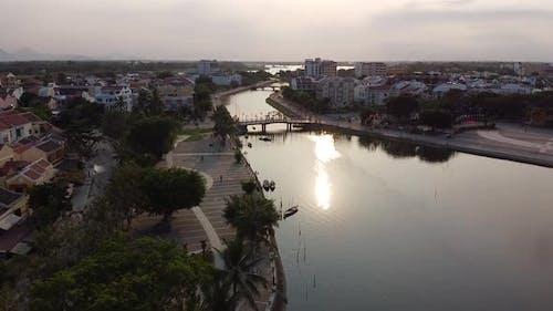 Aérienne: La rivière Thu Bon à Hoi An lors d'une journée paisible Théâtral.