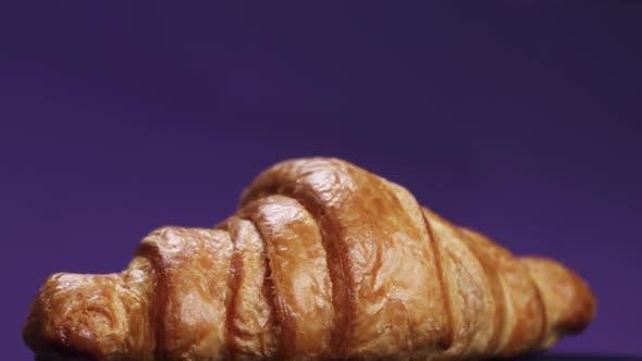 Frisch gebackene Croissants auf dem Frühstückstisch