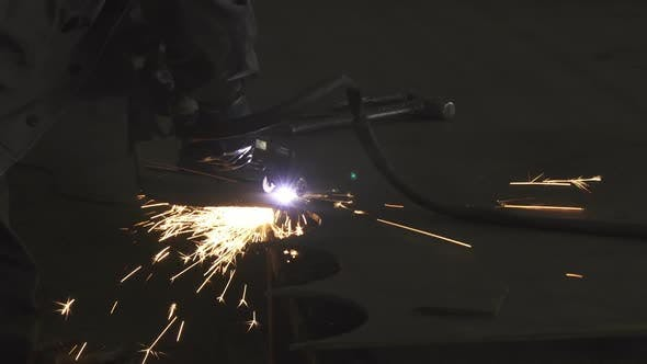 Thumbnail for Industrie Arbeiter in Schutz Uniform Schneiden Metall manuell