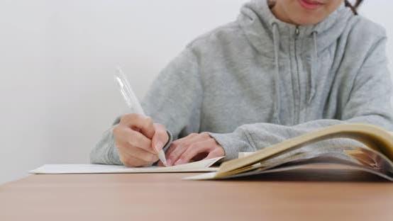 Thumbnail for Frau schreiben auf das Buch
