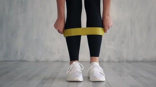 Mädchen trainiert Fitness elastisch widerstandsfähiges Band, Nahaufnahme